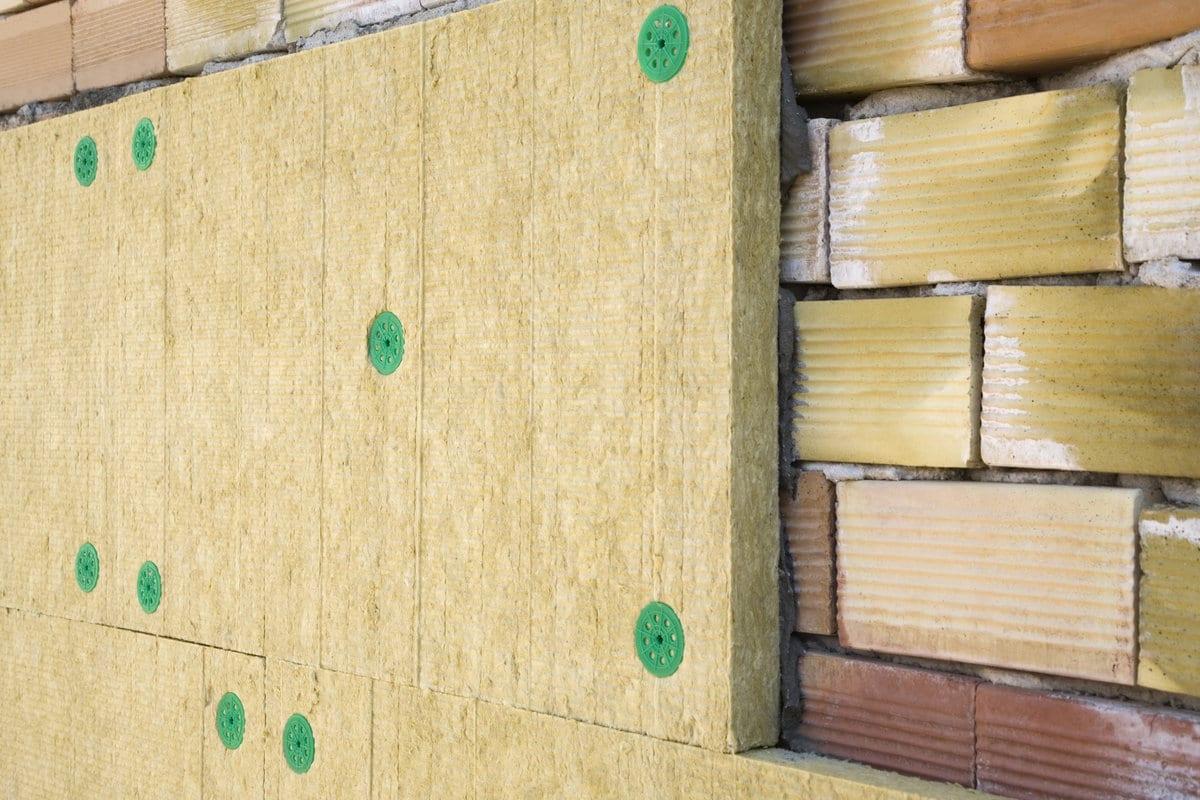 Plaatsing van minerale wol op gevel