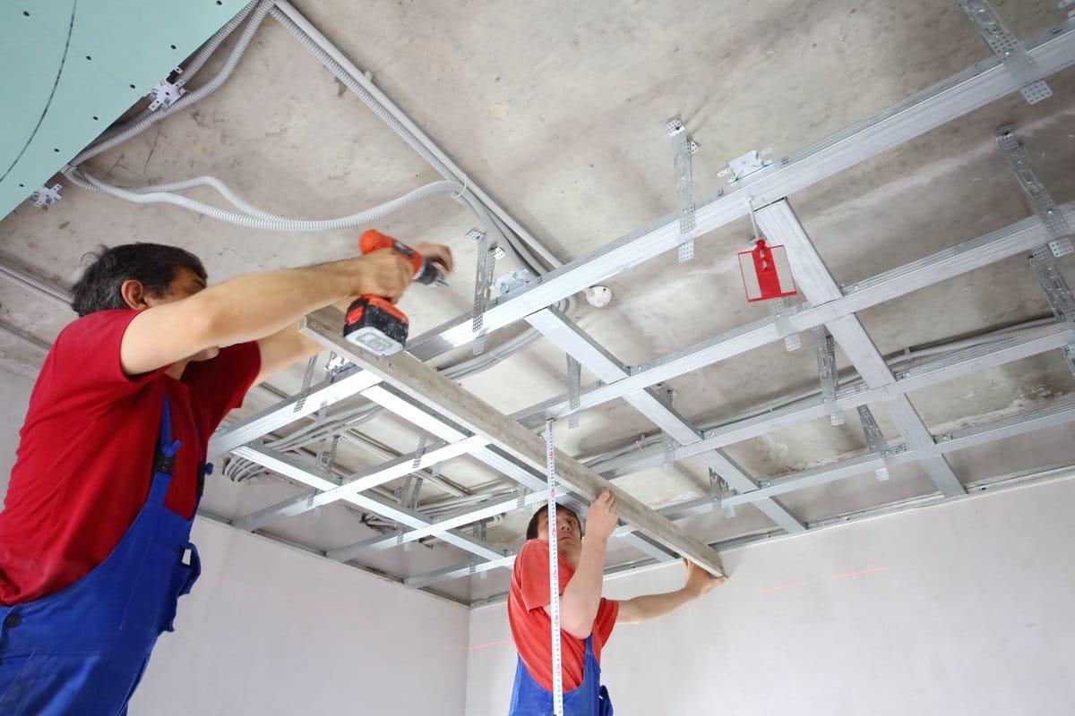 Isoleren boven het plafond met een zwevende dekvloer